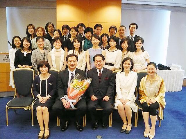 前列、花束を抱えていらっしゃるのが奥山慎一稲毛高等学校第11代校長。